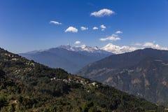 Kangchenjunga berg med moln över och byar för berg` s som beskådar i morgonen i Sikkim, Indien Royaltyfri Bild