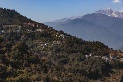 Kangchenjunga berg med moln över och byar för berg` s som beskådar i morgonen i Sikkim, Indien Arkivfoto