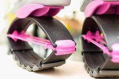 Kangoo skacze butów butów zamkniętego up stojaka na podłoga Fotografia Stock