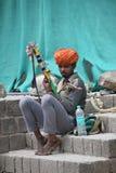 KANGRA-BEZIRK, HIMACHAL PRADESH, INDIEN im Mai 2017 Mann auf den Straßen, die Musik auf musikalischem intrument bei McLeod Ganj s stockfoto