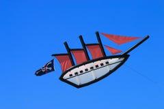 Kani łódź na niebieskim niebie Obraz Stock