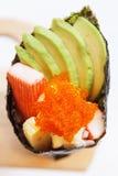 Kani με το αβοκάντο, το ιαπωνικό τηγανισμένο αυγό Tamago Yaki και το αυγό Tempura Καλιφόρνια γαρίδων Ebiko ή το ρόλο χεριών σουσι Στοκ Φωτογραφίες