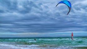 Kania surfingowiec i wiatru surfingowiec zdjęcia royalty free