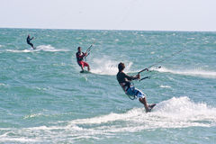 Kania surfingowowie na choppy morzu Fotografia Stock