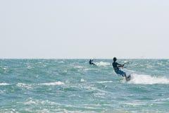 Kania surfingowowie na choppy morzu Zdjęcia Stock