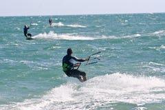 Kania surfingowowie na choppy morzu Obrazy Royalty Free