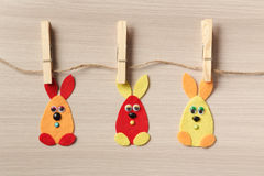 Kanin för påsk tre på gemen till ett rep Arkivfoton