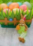 Kanin med easter ägg på den trävntagen Royaltyfria Bilder