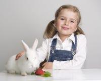 Kaninchen des kleinen Mädchens und des Schätzchens stockbilder