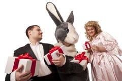 Kaninchen, hübsches Mädchen und Herr mit Geschenken Lizenzfreies Stockfoto