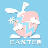 Kaninchen hält Osterei Stockfotos