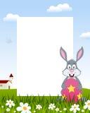 Kaninchen mit Osterei-Vertikalen-Rahmen Stockfotografie