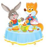 Kaninchen und Fox am Tisch Stockfotografie