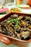 Kanincheneintopfgericht mit Rosmarin lizenzfreie stockfotografie