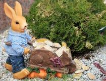 Kaninchenfigürchen im Garten Stockfoto