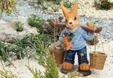 Kaninchenfigürchen im Garten Lizenzfreies Stockbild