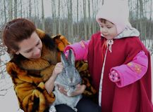 Kaninchenhasen draußen schneien nettes Kind wenig Glückfrauenwinterbaby-Winterfamilie ch mit zwei Kleinkindern der Elternteilkind Stockfotos