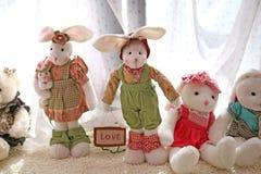 Kaninchenpuppe im Fenster Lizenzfreie Stockfotos