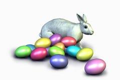 kaninen som fäster färgrika easter ägg ihop, inkluderar banan Arkivfoton