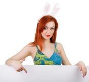 Kaninflicka med det tomma banret Ställe för text eller tema royaltyfri foto