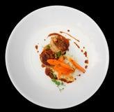 Kaninkött som slås in i bacon och grillas Arkivbilder