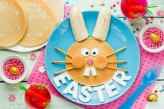 Kaninpannkakor, gullig idé för påskfrukost Arkivfoto