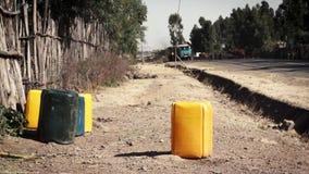 Kanister für Wasser nahe Straße stock video