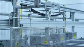 Kanister mit den Werkstücken, die Werkstatt bewegen Fertigungsstraße stock video footage