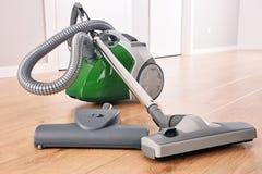 Kanisterdammsugare för hem- bruk på golvpanelerna royaltyfri bild