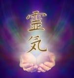 Kanji di Reiki e mani a coppa Fotografie Stock