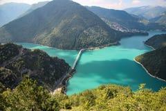 Kanjon av Piva sjön, Montenegro fotografering för bildbyråer