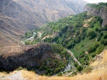 Kanjon i Armenien nära templet Garni Arkivbild