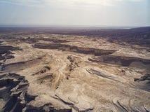 Kanjon i den Judean öknen Midbar Yehuda på det döda havet, Israel Bakgrund av livlöst land i öknen på Västbank av royaltyfri bild