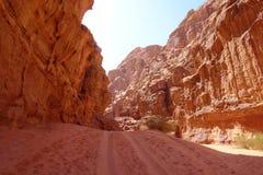 Kanjon i jordansk öken i Wadi Rum, Jordanien Wadi Rum har lett till dess beteckning som en UNESCOvärldsarv Det är bekant a Royaltyfri Foto