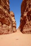 Kanjon i jordansk öken i Wadi Rum, Jordanien Wadi Rum har lett till dess beteckning som en UNESCOvärldsarv Det är bekant a Arkivfoton