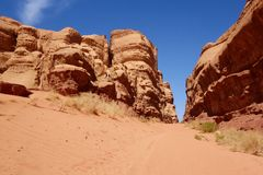 Kanjon i jordansk öken i Wadi Rum, Jordanien Wadi Rum har lett till dess beteckning som en UNESCOvärldsarv Det är bekant a Arkivbild
