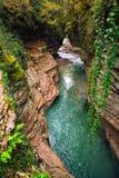 Kanjon med smaragdfloden Arkivfoto