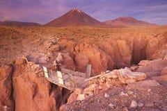 Kanjon och Volcan Licancabur, Atacama öken, Chile Royaltyfria Bilder