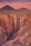 Kanjon och Volcan Licancabur, Atacama öken, Chile Royaltyfri Fotografi