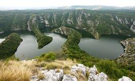 Kanjon på Uvac sjön i Serbien Arkivbild