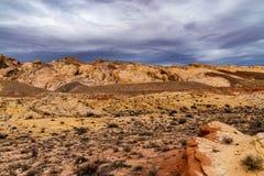 Kanjon som fotvandrar i den Utah öknen fotografering för bildbyråer