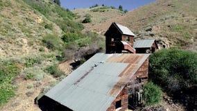 Kanjon var en övergiven guld- min lokaliseras i öknen av Idaho stock video