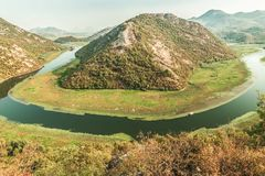 KanjonCrnojevica flod nära Skadar sjökusten en av de mest berömda sikterna av Montenegro Floden gör en vänd mellan mouen Arkivfoton