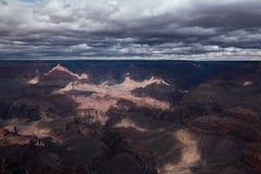 kanjonen clouds den storslagna liggandemaountainsnorway skyen Arkivfoto
