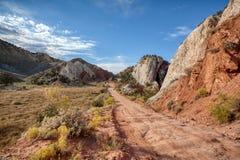 Kanjoner och sandsten för springa för Utah ökenväg nästan vaggar bildande arkivbild