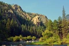 Kanjonflod i berg Arkivbilder