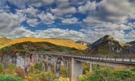 Kanjonflod Tara och ‡ för eviÄ för ` för Ä-urÄ en Tara Bridge, Montenegro - höstbild Arkivbilder