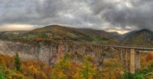 Kanjonflod Tara och ‡ för eviÄ för ` för Ä-urÄ en Tara Bridge, Montenegro - panorama Arkivbild