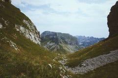 Kanjonsikt med den lilla konturn av fotvandra för man Arkivbilder
