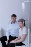 Kankermeisje tijdens chemotherapiebehandeling Stock Afbeelding